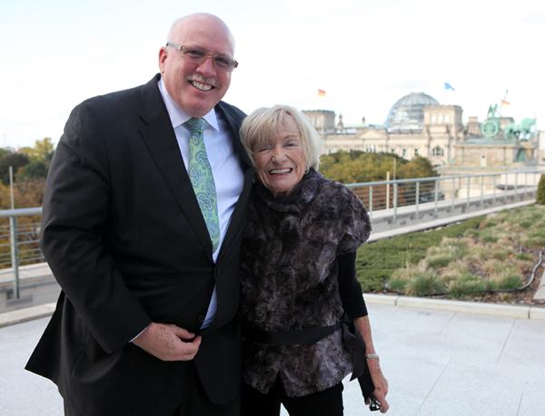 Geschäftsträger a.i. James D. Melville jr. mit Margrit Mondavi