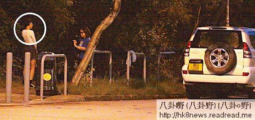 離開時有 fans搵陳茵媺影相,陳豪在車上等女友。