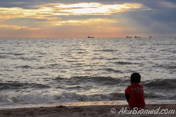 Abang Ngah menikmati pemandangan Pantai Puteri