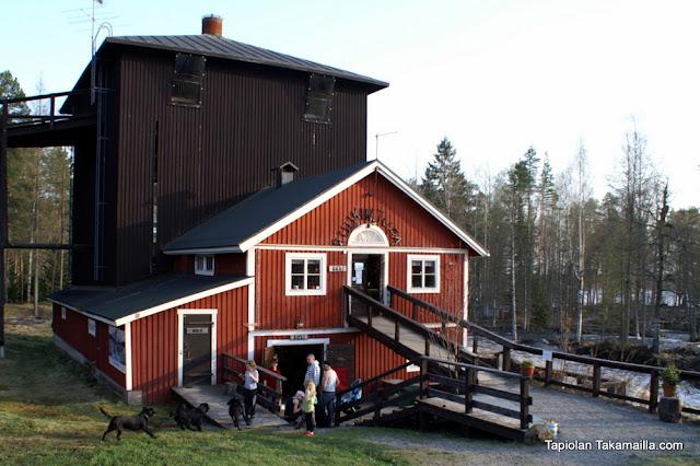 Ruukintuvan päärakennuksen maisemaa Jyrkkäkoskelta.