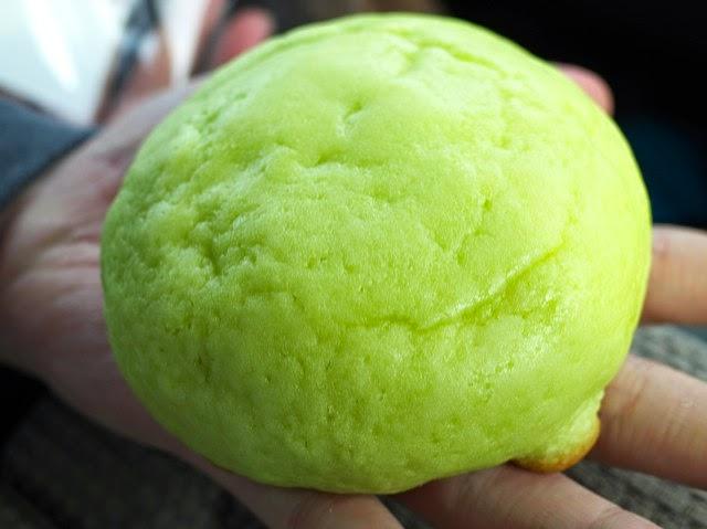 緑色のコーティングがなされたメロンパン