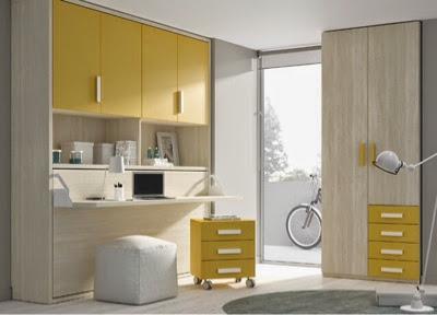 Habitación con cama plegable con escritorio y puertas encima