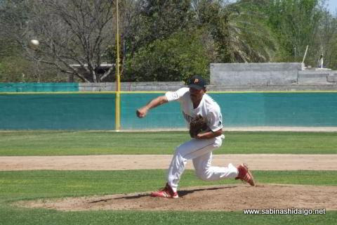 Pablo Omar Buentello de Mineros de Vallecillo en el beisbol municipal
