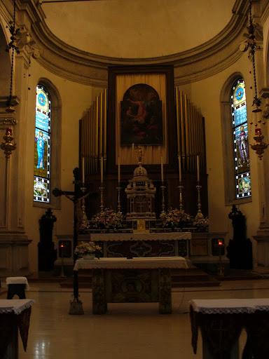 Il presbiterio della basilica con l'organo Mascioni (1955)