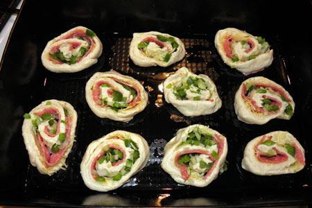 drożdżowe ślimaczki z  salami