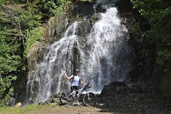Рядовой водопад близ дороги