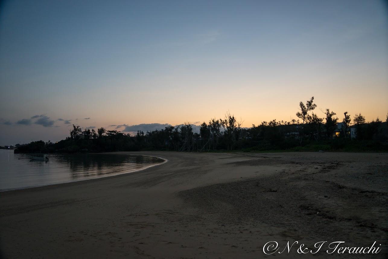 夜明け前のビーチ