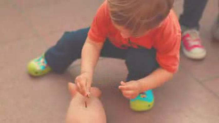 Hay niños como este que ahorran y otros que me intentan robar el cerdito.