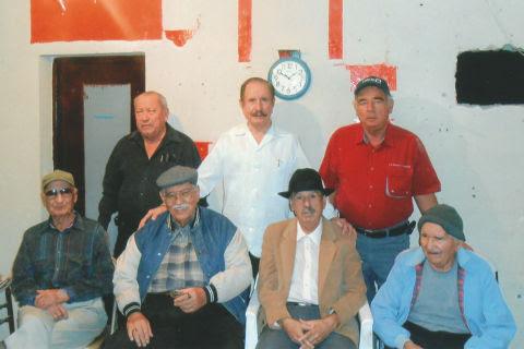 Grupo de amigos en la celebración de cumpleaños de Leonel Garza González