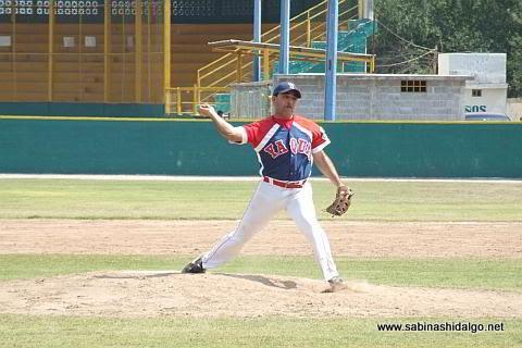 Jesús Martínez lanzando por Yaquis en el beisbol municipal