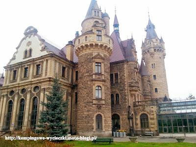 Zdjęcie zamku zrobione w Mosznie, widok od strony ogrodu