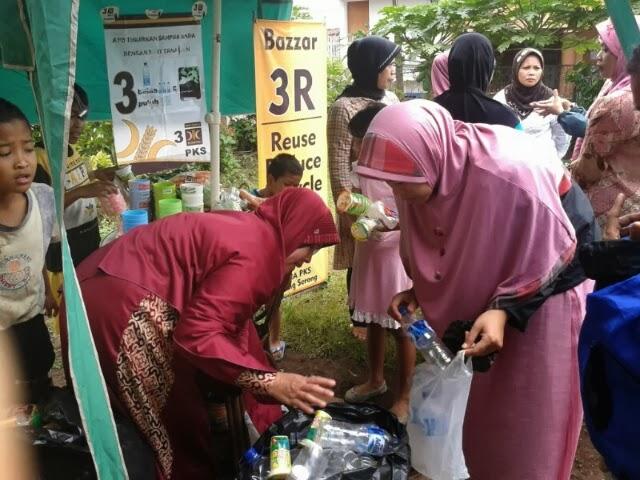Tukar botol plastik bekas dengan sayuran di stand bazar