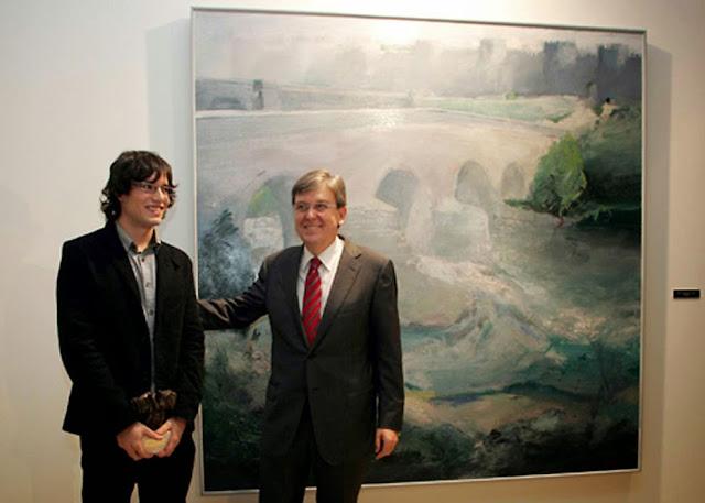 El pintor Albano Hernández junto a su obra premiada