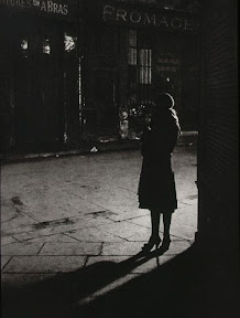 Brassaï: Prostituta en el ángulo de la Rue de la Reynie y Rue Quincampoix, 1933. París