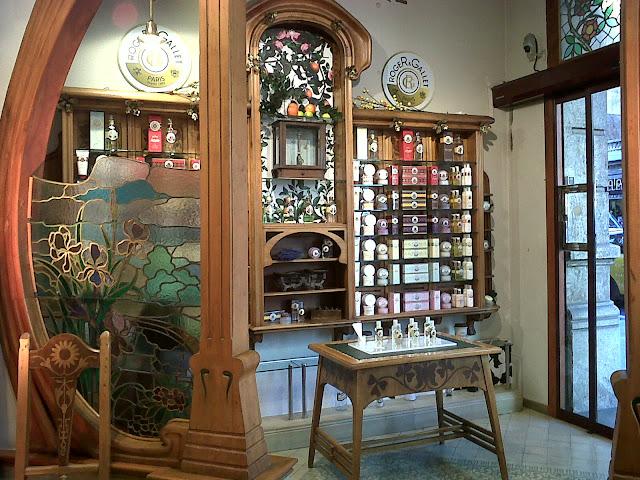 Revisi n interior farmacias modernistas en barcelona for Muebles modernistas