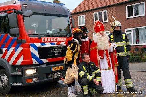 Sinterklaas komt aan bij Josefschool overloon 02-12-2011 (24).JPG