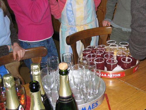 De sangria wordt in versierde glaasjes geschonken.