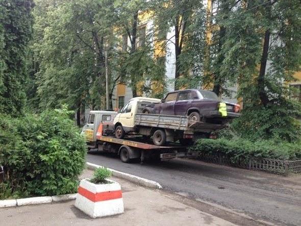 Camión transportando un camión y un coche