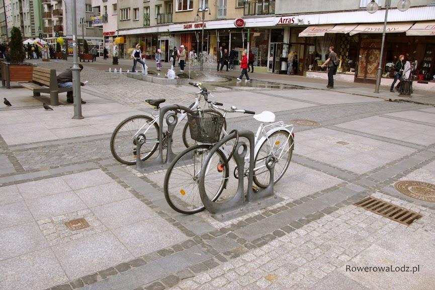 W zabytkowej części miasta (wyłączonej z ruchu samochodów) zamontowano charakterystyczne stojaki rowerowe (swoją drogą najdroższe w kraju - ok 2 tys zł za sztukę)