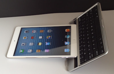 iPad miniを縦にして置くとキーボードカバーごと倒れてしまう