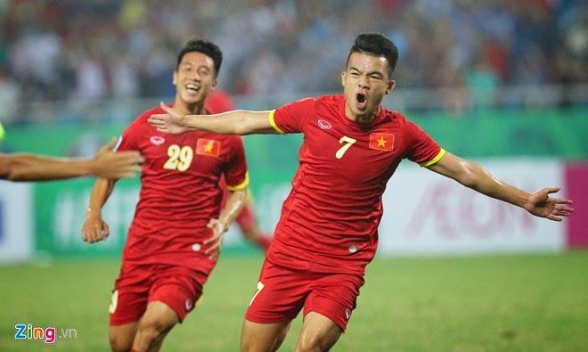 Đồng đội lau giày cho cầu thủ Việt Nam hạ gục ĐT Philippines