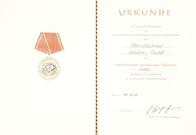 145d Verdienstmedaille der Nationalen Volksarmee in Gold Punze (6) www.ddrmedailles.nl