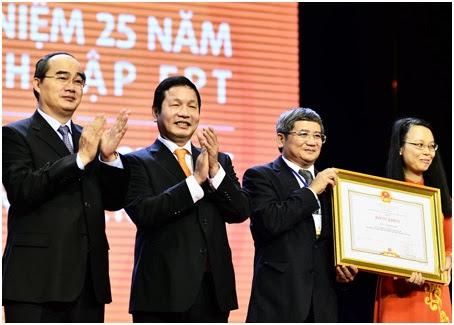 Lãnh đạo Tập đoàn FPT nhận bằng khen từ Phó Thủ tướng Nguyễn Thiện Nhân.