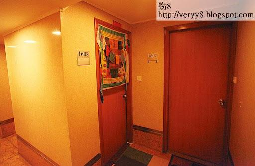保鑣住客多來自尼泊爾等地,由於他們大多信奉藏傳佛教,不少用作宿舍的單位門外都掛有藏式宗教經幡。(翁少陽攝)