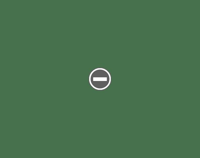 Na stole: grecka chałka tsoureki obok czerwone greckie kraszanki. Stukanie jajek.