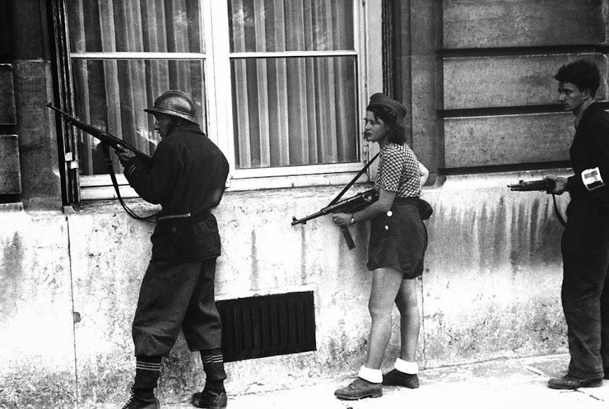 Jovem francesa como parte da resistência parisiense, ca. 1944. Fotografia: AP Photo.