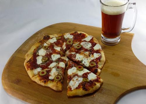 Pizza, rybki, fileciki anchois, ser mozzarella, zioła, parmezan, ryba, filety, kuchnia włoska, przepis,