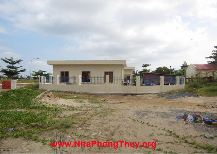 Bên phải lô đất hướng đông bắc là trạm bơm sắp xây xong.