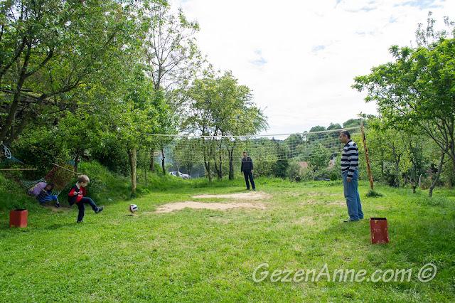babası ve büyükbabası ile top oynayan oğlum, Stella Polonezköy
