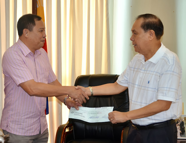 Iloilo Governor Arthur Defensor hands check
