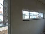 Die schmalen Fenster wirken erst jetzt...
