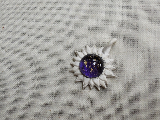 使用金箔跟葡萄紫色搭配,再加上銀黏土造型