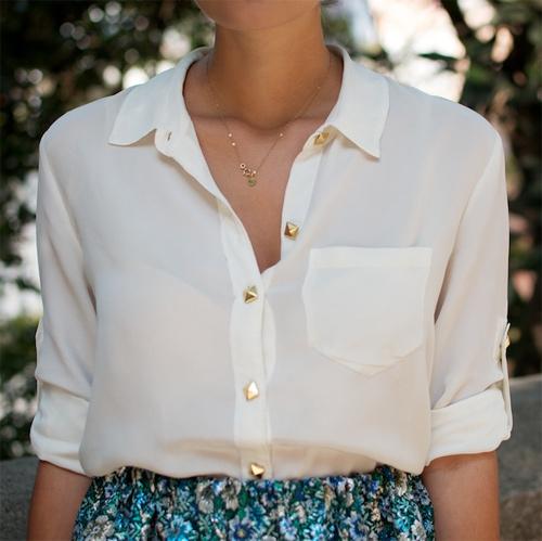 Camisa com tachinhas em cima dos botões