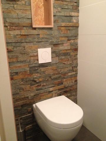 Maiko en debby bouwen hun droomhuis de natuursteen muurstrips in gebruik - Wc muur tegel ...