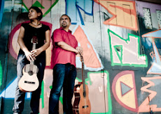 Musikandes: Romina und Daniel vor mit Grafiti bemalter Wand.