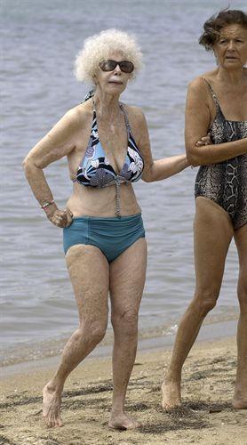 la Duquesa de Alba en bikini en la playa
