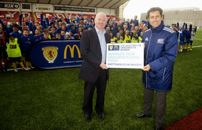 13/05/13 - 13051307 - RED CONSULTANCY CUMBERNAULD Former Scotland International John Collins joins kids from Cumbernauld Colts F.C to promote The Scottish Football Association Grassroots Awards