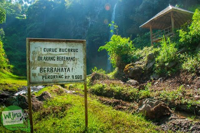 papan tarif retribusi masuk Curug Bugbrug, Bandung Barat