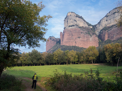 Comencem a caminar prop del pantà, sota el Puig de la Força