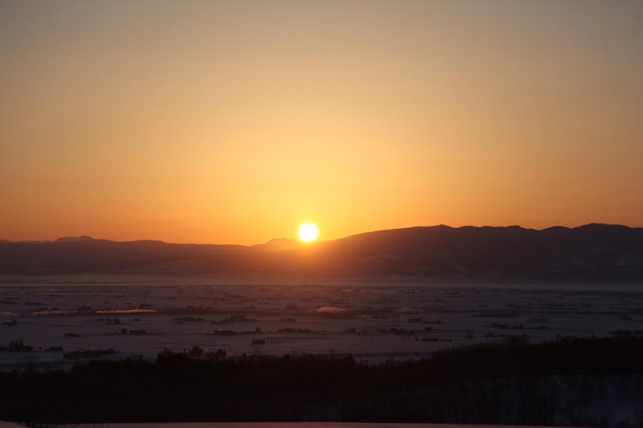 澄んだ朝の日の出