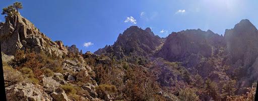 La crête de Cima di u Finellu avec au fond l'arête N du Traunatu et le couloir utilisé à sa droite (photo Olivier Hespel)