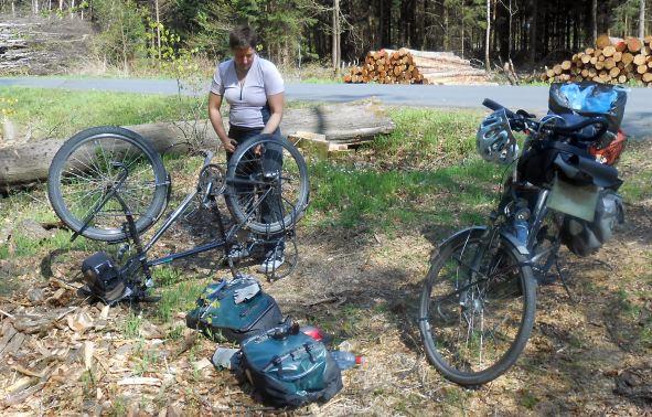 Platten: Fahrrad-Reparatur auf offener Strecke