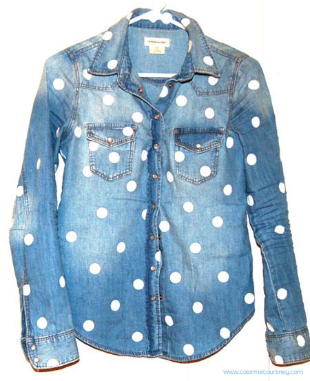 customização de camisa jeans - com estampa de bolinhas