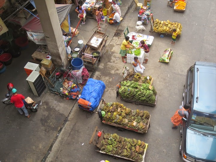 LRTバリンタワック駅周辺のバナナ売りの様子
