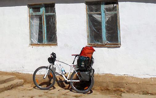 Giant-Rad Revel 3 mit voller Ladung vor Berghof in Kirgisien