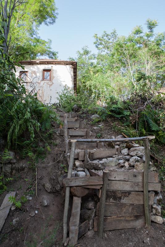 Пут до извора и поглед на кућу